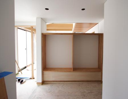 広い玄関ホールには大きな収納棚もあります