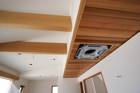 リビングの天井は勾配天井に梁を見せて奥行をだします