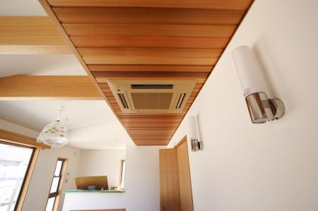 リビングの天井は木目であしらいあたたかみをだしました